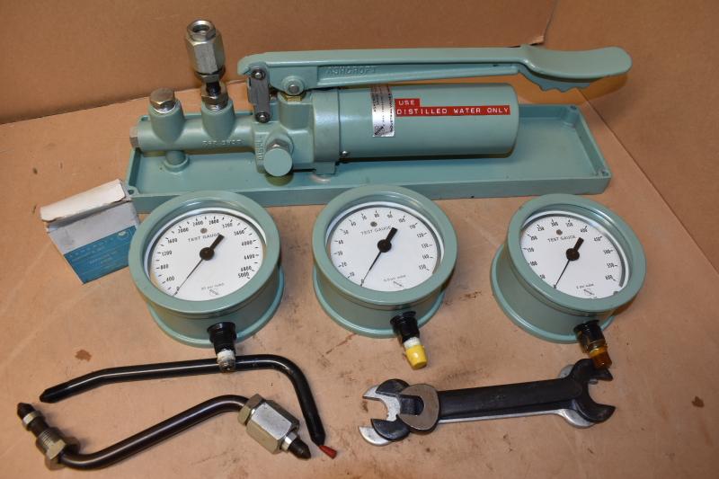 Ashcroft Portable Test Pump gauge comparator 1327-BG distilled water